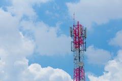 与天线和卫星盘电信netw的通讯台 免版税库存照片
