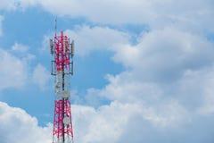 与天线和卫星盘电信netw的通讯台 免版税库存图片