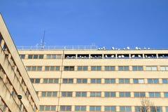 与天线的办公楼 免版税库存照片