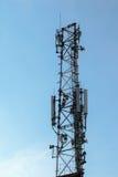 与天线的无线comunication塔在清楚的天空 免版税库存图片