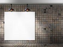 与天花板灯的空白的框架在肮脏的瓦片室 图库摄影