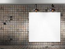 与天花板灯的空白的框架在肮脏的瓦片室 免版税图库摄影