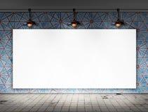 与天花板灯的空白的框架在肮脏的瓦片室 免版税库存图片