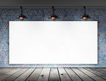 与天花板灯的空白的框架在肮脏的瓦片室 库存照片