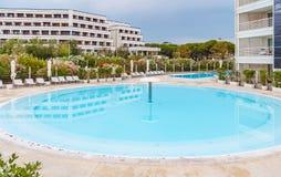 与天蓝色的水池的豪华夏天旅馆手段街道视图 库存照片