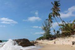 与太平洋的天堂风景,碰撞反对石头、海滩和棕榈树的波浪 泰国苏梅岛 库存照片