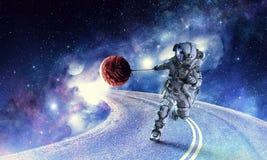 与太空人抓住行星的幻想图象 混合画法 库存照片