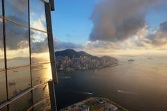 与太阳上升的城市反射 免版税库存图片