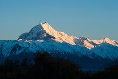 与太阳上升的山峰,库克山。新西兰 库存照片