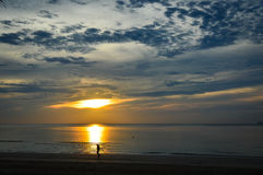 与太阳上升的早晨步行 免版税库存照片
