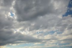 与太阳光的多云天空 免版税图库摄影