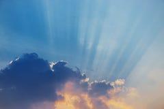 与太阳光芒的好的天空日落 免版税库存图片