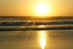 与太阳光芒的惊人的美好的海洋风景和透镜在狂放的波浪海飘动在海滩和自然秀丽和暑假 免版税库存照片