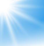 与太阳光芒的抽象蓝色背景 免版税库存图片