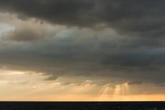 与太阳光芒的日出cloudscape 图库摄影