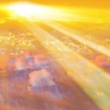 与太阳光芒的日落云彩 免版税库存图片