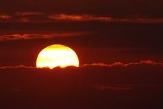 与太阳光芒的日落 库存照片
