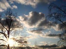 与太阳光芒的晚上天空 免版税库存图片