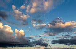 与太阳光芒的美丽的多云天空 多云抽象背景 日落光 免版税库存图片