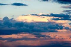 与太阳光芒的美丽的多云天空 多云抽象背景 日落光 库存图片