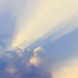与太阳光芒的蓝天云彩 免版税库存图片