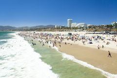 与太阳加利福尼亚的圣莫尼卡海滩 库存图片