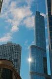 与太阳反射的芝加哥地平线在王牌塔 库存照片