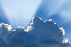 与太阳和美丽的云彩的蓝天 免版税库存图片