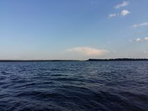 与太阳和阳光的美丽的天空蔚蓝在好期间 免版税库存图片