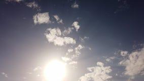 与太阳和风景高积云的令人敬畏的夏天天空在与后面光线影响的一天空蔚蓝飞行 影视素材