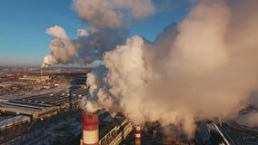 与太阳对比,厚实的白色烟从工厂管子倾吐 影视素材