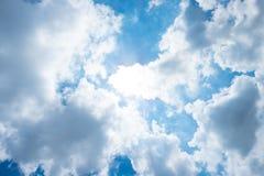 与太阳射线与多云,希望光芒的好的蓝天 免版税库存照片