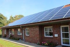 与太阳屋顶的连栋房屋 免版税库存照片