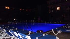 与太阳床的游泳池 免版税库存照片