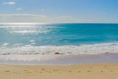 与太阳淡光的沿海行动迷离摘要横跨海 免版税图库摄影