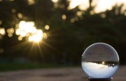 与太阳火光和海滩反射的水晶球 免版税库存图片