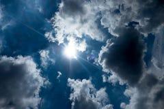 与太阳爆炸光芒的天空与多云 免版税图库摄影