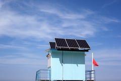 与太阳电池板的抢救驻地在屋顶 免版税图库摄影