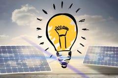 与太阳电池板的电灯泡图表 免版税库存照片