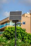 与太阳电池板的街道照明杆 库存照片