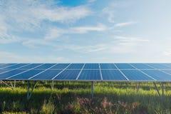 与太阳电池板的绿色能量在可更新的能源厂 库存图片
