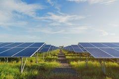 与太阳电池板的绿色能量在可更新的能源厂 图库摄影