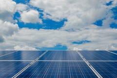 与太阳电池板的绿色能量在可更新的能源厂 免版税库存图片