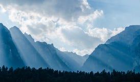 与太阳的光的容忍的喀尔巴阡山脉在一多云天 免版税库存照片