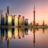 与太阳的反射的上海地平线在水的 免版税库存图片