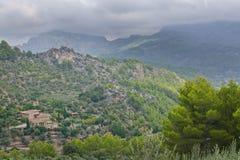 与太阳的庄严山风景和树荫和绿色细微差异 库存图片