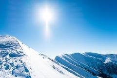 与太阳的斯诺伊山 库存照片