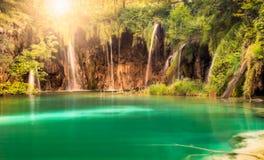 与太阳的瀑布在普利特维采湖群国家公园,克罗地亚 库存图片