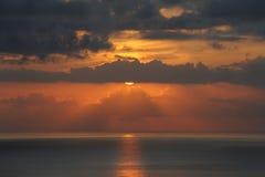 与太阳的瞥见的橙色颜色日落,特内里费岛,加那利群岛 免版税库存照片
