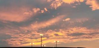 与太阳的黏土天在AZ 免版税库存照片
